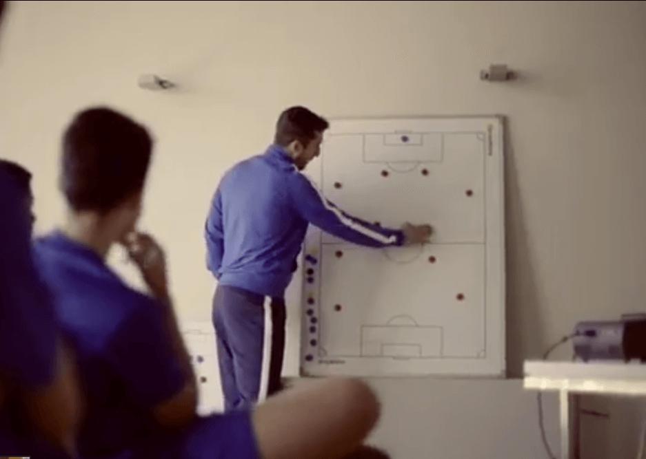 Sesión táctica de entrenamiento en la academia de fútbol de Valencia - Campamentos de fútbol de los grandes equipos - ¿Por qué son tan caros?
