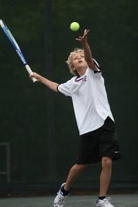 edad para comenzar en el tenis chico realizando un servicio 200x300 - ¿Cuál es la mejor edad para comenzar en el tenis?