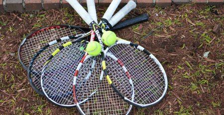 elegir raquetas de tenis apiladas