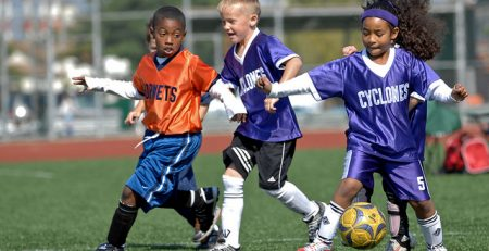 defensa del balón de fútbol en niños pequeños