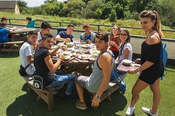 beneficios de los campamentos comida entre compañeros en un campamento - Los padres opinan sobre los beneficios de los campamentos