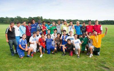 Chicos en el campamento de fútbol e inglés del Chelsea