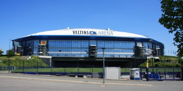 Veltins arena football stadium By Wo st 01 Wikimedia Commons CC BY SA 3.0 de 600x300 - 11 Famous Football Stadiums: Which is the biggest? The most modern? The most impressive? The strangest?
