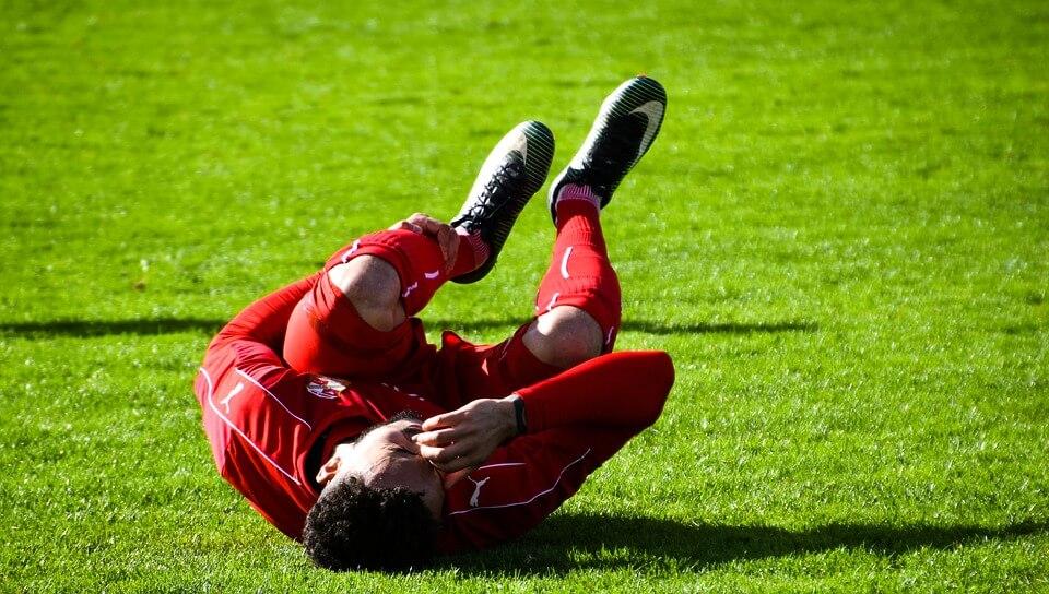 jugador de fútbol lesionado - Los tipos de lesiones en niños y jóvenes más frecuentes