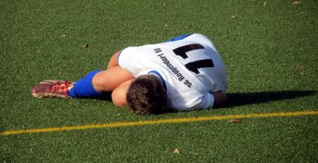 lesión en un niño durante un partido de fútbol