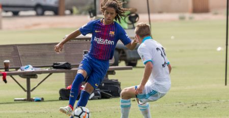 Jugador de la academia de fútbol de alto rendimiento del Barça en USA encarando a un rival