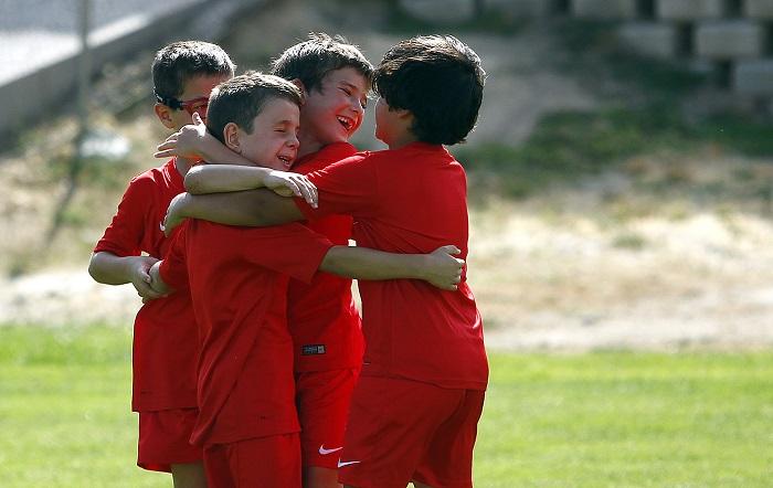 academia de fútbol 2017 - niños celebrando un gol