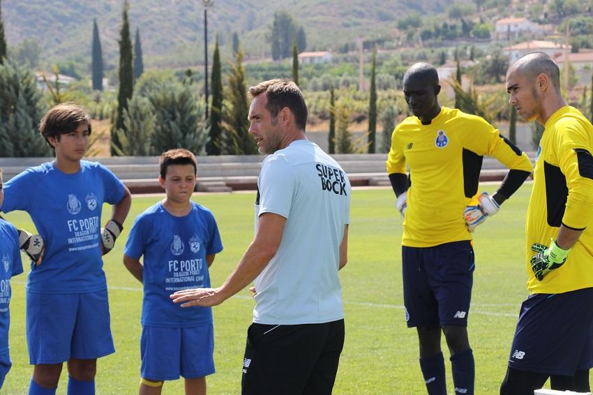 academia de fútbol anual - un técnico de la academia de Valencia explica la sesión a los chicos