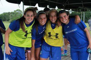 alumnas del campamento de fútbol para chicas en IMG