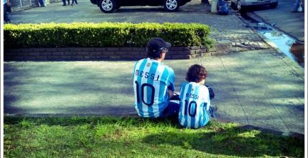 padre e hijo mostrando su o a la violencia en el fútbol base