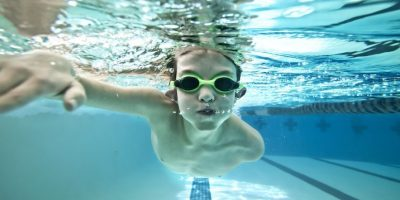 natacion niños 400x200 - 10 ideas to exercise with your kids