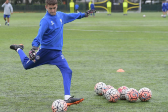 Goalkeeper training at the Chelsea Soccer goalkeeper camp 340x226 -