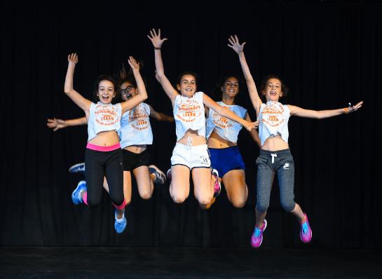 niñas saltando campamento baile con inglés - Top 7 des meilleurs stages d'été en Angleterre