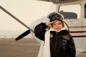 niño aviador 300x199 - Pourquoi est-il intéressant d'envoyer votre enfant seul à l'étranger?