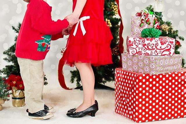 Madre e hijo junto al árbol de Navidad
