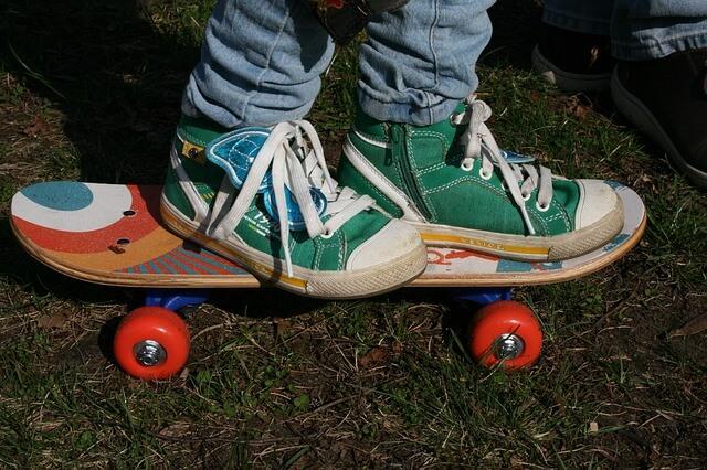 zapatillas regaladas a un niño sobre un skate