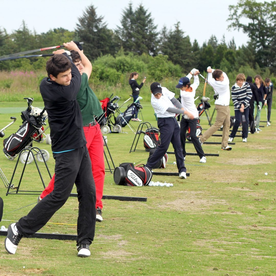Student at the leadership camp in St. Andrews playing golf - Leadership camp at university of Cambridge, Yale or ST. Andrews