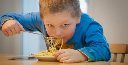 joven comiendo espaguetis recomendados por la dieta para niños deportistas