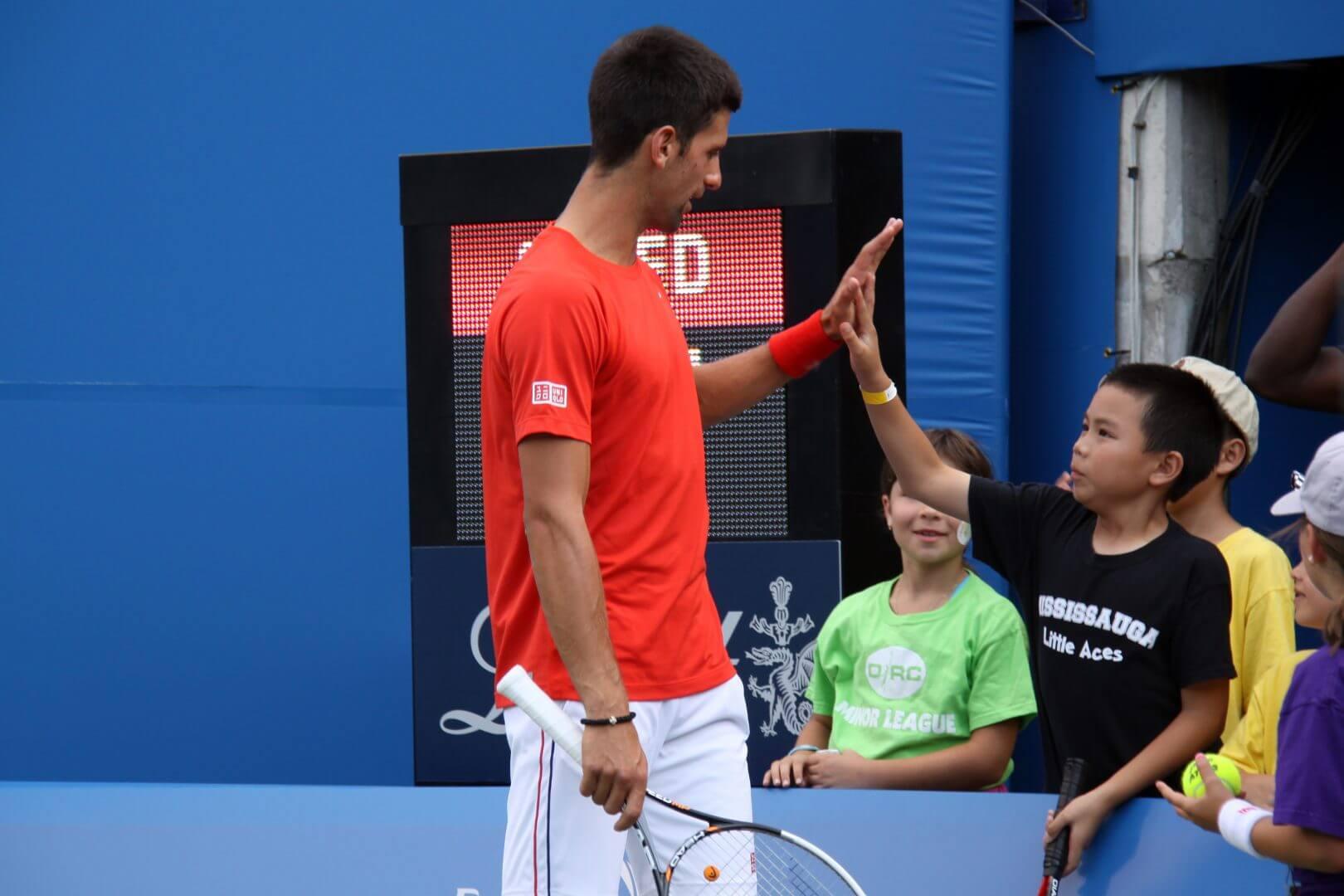 Novak Djokovic Giving a High Five - Cómo crear a un buen líder - Las 5 características que deben tener