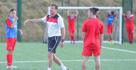 un entrenador dirige en una de las pruebas de fútbol de Inglaterra