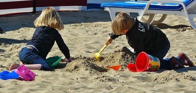 children playing 329234 640 - ¿No sabes qué hacer con tus hijos en vacaciones? Aquí tienes las mejores actividades de verano para niños