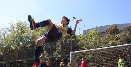 alumno del campamento de fúbol en navidad de Barcelona remantando