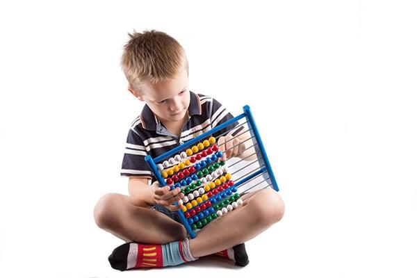 Niño con ábaco - Aprender un segundo idioma desde niño - Ertheo Education and Sports