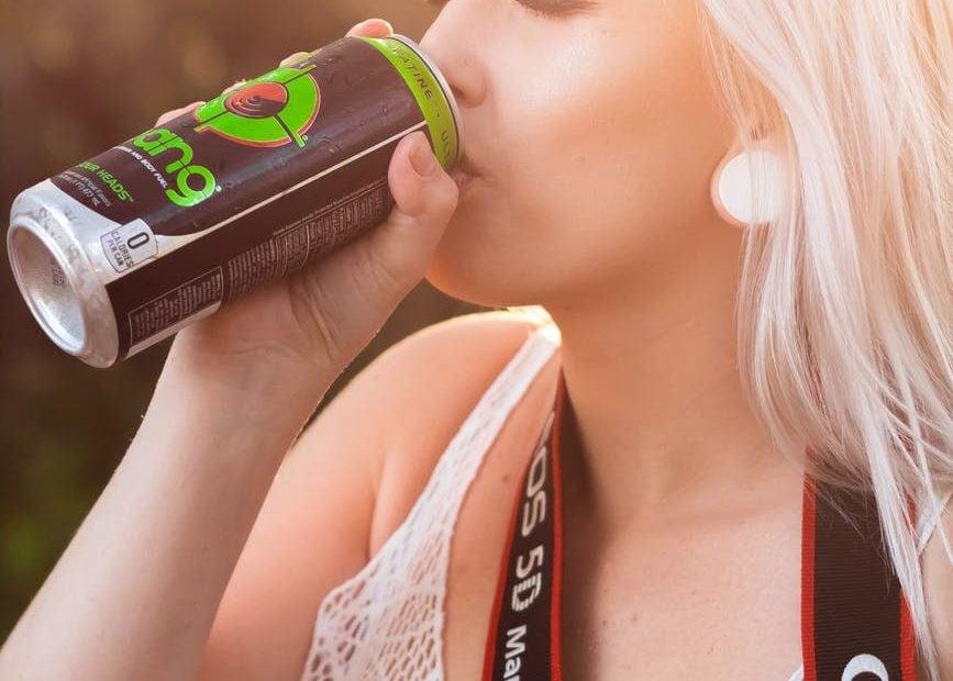 bebida energetica 867x620 - Los peligros de las bebidas energéticas que toman los jóvenes