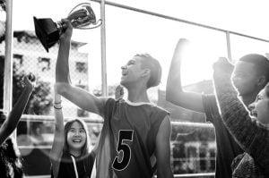 grupo adolescentes animando victoria trofeo concepto trabajo equipo 53876 24927 300x199 - Apoyo parental y su influencia en hijos deportistas