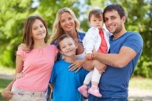 happy parents with their children in the park 300x200 - Apoyo parental y su influencia en hijos deportistas