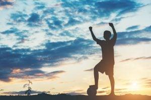 silhouette of children play soccer football 300x200 - Prevención de lesiones en deportistas jóvenes de alto rendimiento