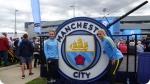 Atividades recreativas no Acampamento de Futebol do Manchester City. Foto à direita