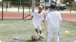 Allenamento nel Real Madrid Scuola Calcio. Immagine a destra