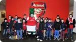 Atividades recreativas no Acampamento de Futebol do Arsenal. Foto à direita