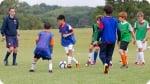 Treinamento no Acampamento de Futebol do Arsenal. Foto à direita