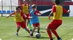 Treinamento no Acampamento de Futebol do Atlético de Madrid. Foto à direita