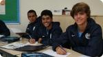 Aulas de língua estrangeira no Acampamento de Futebol do Manchester City. Foto à direita