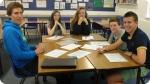 Aulas de língua estrangeira no Acampamento de Idiomas na Inglaterra. Foto à esquerda