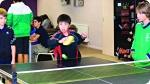 Atividades recreativas no Acampamento de Basquete na Inglaterra. Foto à direita